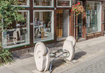 Ohrenbank vor der Filiale in Wernigerode